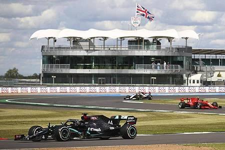 Lewis Hamilton (l) siegte in seinem Heimrennen in Silverstone. Foto: Bryn Lennon/PoolGetty/AP/dpa