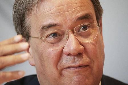 NRW-Ministerpräsident Armin Laschet fordert gleiche Zuschauer-Bedingungen für die Bundesligisten. Foto: Oliver Berg/dpa