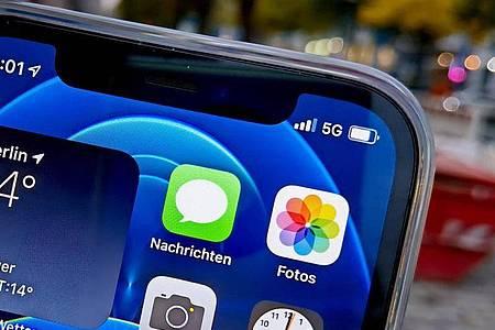 Neues Design für das iPhone 12: Das Gehäuse ist deutlich kantiger, die Seiten sind ganz flach. Foto: Christoph Dernbach/dpa-tmn