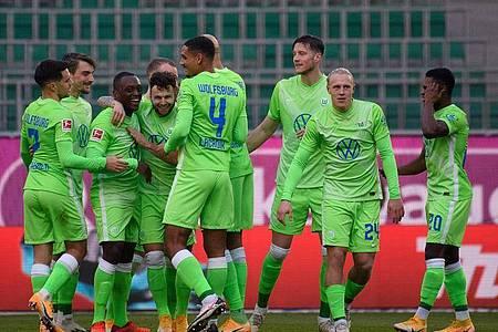 Wolfsburgs Spieler jubeln nach dem 1:0 durch Mittelfeldspieler Renato Steffen (4.v.l.). Foto: Swen Pförtner/dpa