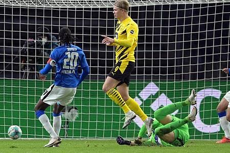Erling Haaland (M), Spieler bei Borussia Dortmund, schießt das 3:1. Foto: Soeren Stache/dpa-Zentralbild/dpa
