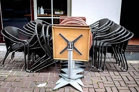 Geschlossen: Stühle und Tische stehen vor einem Restaurant in der Altstadt von Hannover. Foto: Hauke-Christian Dittrich/dpa