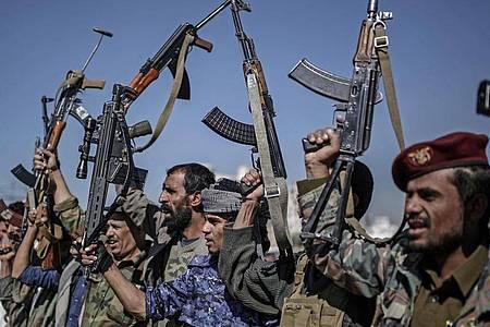 Huthi-Rebellen zeigen während einer Versammlung ihre Waffen. Foto: Hani Al-Ansi/dpa