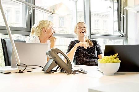 «Und Du so?» - Duzen gilt vielen Beschäftigten als Ausdruck moderner Unternehmenskultur. Foto: Christin Klose/dpa-tmn