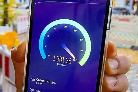 Ein iPhone 12 Pro im 5G-Betrieb mit einer erreichten Geschwindigkeit von knapp 1,4 Gigabit pro Sekunde: Das ist mehr als fünf Mal schneller als der schnellste VDSL-Festnetz-Anschluss. Foto: Christoph Dernbach/dpa-tmn