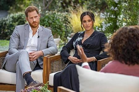 Die US-Moderatorin Oprah Winfrey (r) interviewt Prinz Harry und seine Ehefrau Herzogin Meghan. Foto: Joe Pugliese/Harpo Productions/PA Media/dpa