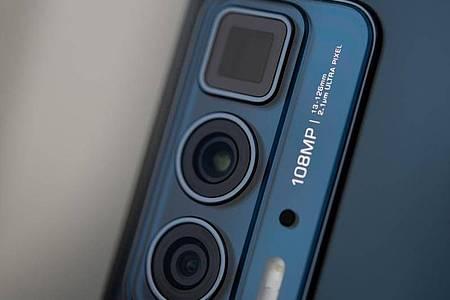Die Telekamera des Motorola Edge 20 Pro leitet das Licht um die Ecke auf den Sensor, um die nötige Brennweite für fünffache Vergrößerung zu bekommen. Foto: Zacharie Scheurer/dpa-tmn