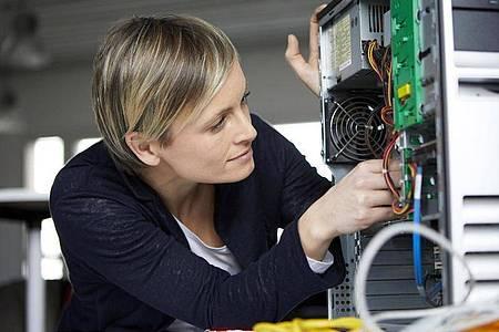 Jungen Frauen fehlt es oft an beruflichen Vorbildern im MINT-Bereich. Foto: Rainer Berg/Westend61/dpa-tmn