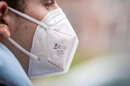 Das Tragen von FFP2-Masken gehört zum Pandemie-Alltag dazu. Foto: Frank Rumpenhorst/dpa/dpa-tmn