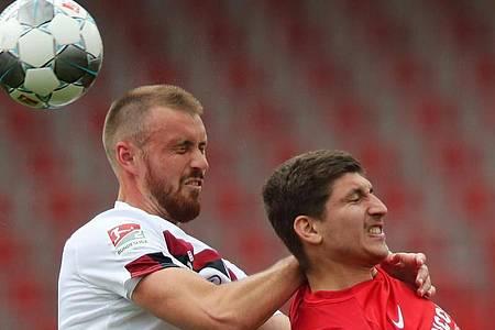Der Nürnberger Asger Sörensen (l) und Bochums Vitaly Janelt gehen beide zum Kopfball. Foto: Daniel Karmann/dpa