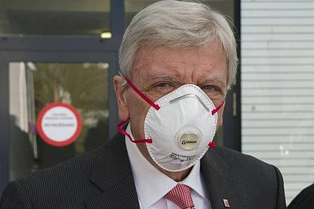 Hessens Ministerpräsident Volker Bouffier (CDU) trägt Maske. Foto: Frank Rumpenhorst/dpa Pool/dpa/Archiv
