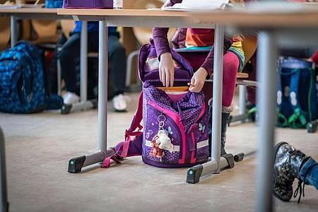 Hefte raus - Präsenzunterricht an einer Frankfurter Schule. Foto: Frank Rumpenhorst/dpa