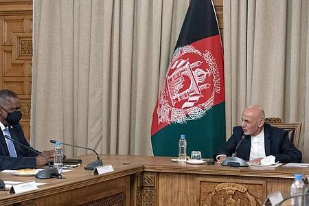 Inmitten von Diskussionen über einen Abzug der US-Truppen ist US-Außenminister Lloyd Austin (l) zu einem ersten Besuch in Afghanistan eingetroffen. Foto: Lisa Ferdinando/USSecretary of Defence/dpa