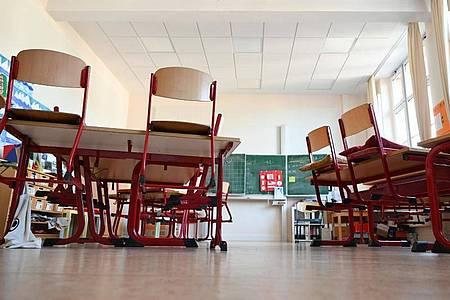 Ein leerer Klassenraum in einer Grundschule in Frankfurt. Foto: Arne Dedert/dpa