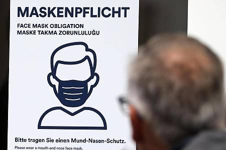 Aushang an einer Bankfiliale in der Innenstadt von Rostock. Foto: Bernd Wüstneck/dpa-Zentralbild/dpa