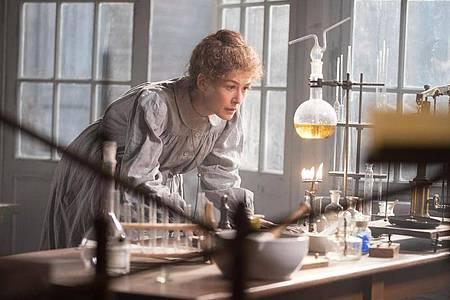 Rosamund Pike spielt Marie Curie, eine Frau, die ihren Weg gegangen ist. Foto: -/StudioCanal/dpa