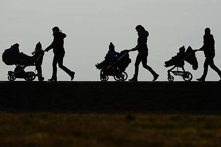 Fast zwei von drei Empfänger wollen den einmaligen Kinderbonus ganz oder teilweise direkt wieder ausgeben. Foto: Felix Kästle/dpa