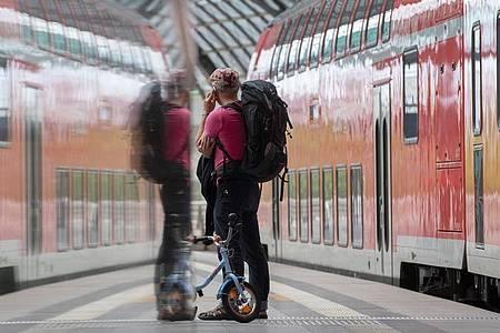 Wer an einem ICE-Bahnhof wartet, kann immer häufiger auf den neuen Mobilfunkstandard 5G zurückgreifen. Foto: Paul Zinken/dpa-Zentralbild/dpa