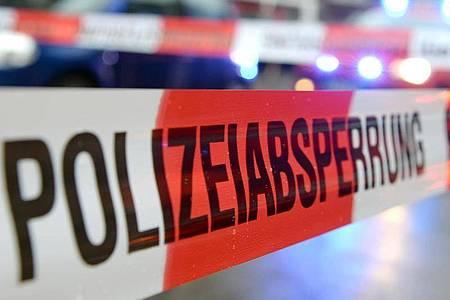 Ein Flatterband mit der Aufschrift «Polizeiabsperrung» hängt an einem Einsatzort. Foto: Patrick Seeger/dpa