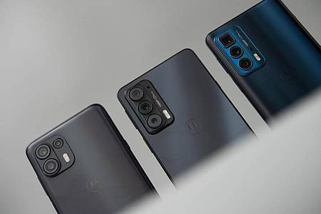 Die Preisspanne reicht von 350 Euro für das Motorola Egde 20 Lite (links) über knapp 500 Euro (Motorola Edge 20 in der Mitte) zum Edge 20 Pro (rechts) für rund 700 Euro. Foto: Zacharie Scheurer/dpa-tmn