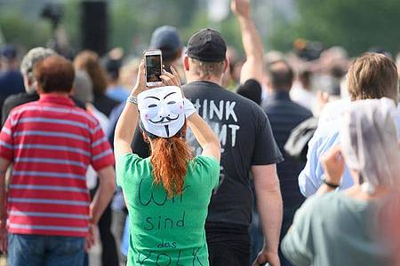 Auch inStuttgart demonstrierten Menschen gegen die Corona-Beschränkungen. Foto: Sebastian Gollnow/dpa