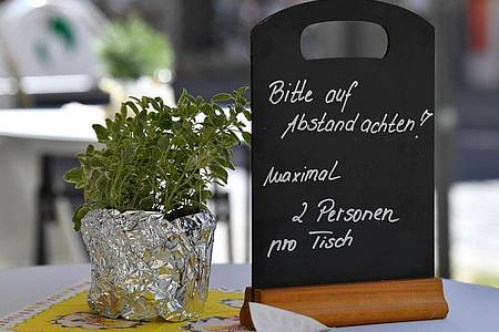 Nach wochenlangen Corona-Maßnahmen werden die Regeln für Restaurants und Cafés gelockert. Foto: Martin Schutt/dpa-Zentralbild/dpa