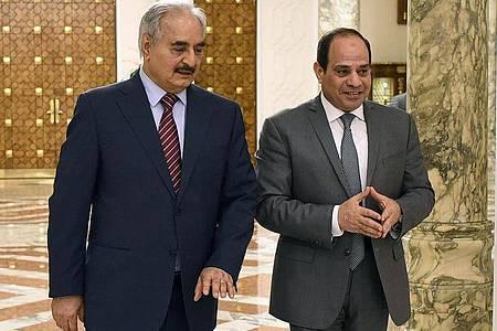 Abdel Fatah El-Sisi( r), Präsident von Ägypten, begrüßt Chalifa Haftar, ehemaliger Militäroffizier und Chef der selbsternannten Libyschen Nationalen Armee. (Archiv). Foto: Uncredited/Egyptian Presidency Media office/AP/dpa