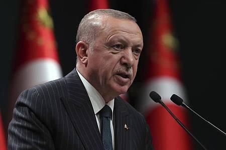 Präsident Erdogan während einer Fernsehansprache im Anschluss an eine Sitzung des türkischen Kabinetts. Foto: --/Turkish Presidency/ AP Pool/dpa