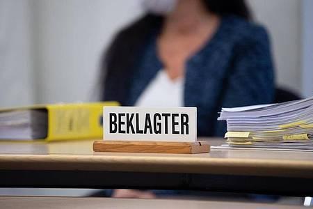 Die angeklagte Heilpraktikerin vor Prozessbeginn im Oberlandesgericht im Sitzungssaal. Foto: Sven Hoppe/dpa
