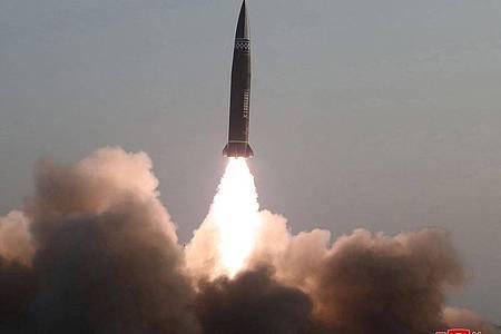Nach Angaben Südkoreas und Japans hatte Nordkorea am Donnerstag zwei ballistische Kurzstreckenraketen im Osten des Landes in Richtung offenes Meer abgefeuert. Foto: -/KCNA/dpa