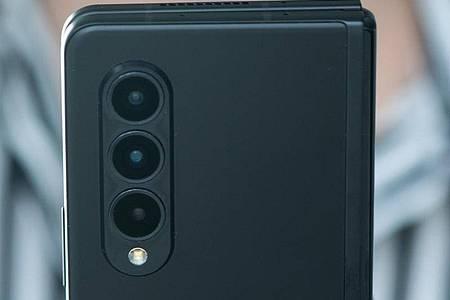 Zusammengeklappt ist das Galaxy Z Fold 3 ein recht dickes Smartphone mit sehr hohem und sehr schmalem Display. Foto: Franziska Gabbert/dpa-tmn