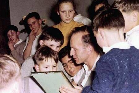 Paul Schäfer (Mitte) mit Kindern in Heide ca. 1960. Foto: WDR/LOOKSfilm/WDR Kommunikation/Redaktion Bild/dpa