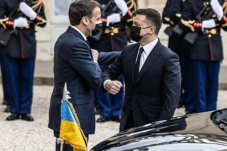 Emmanuel Macron (l-r), Präsident von Frankreich, begrüßt Wolodymyr Selenskyj, Präsident der Ukraine, vor dem Elysee-Palast. Foto: Sadak Souici/Le Pictorium Agency via ZUMA/dpa