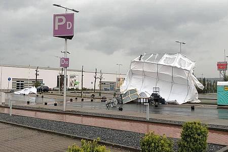 Die Zelte eines Corona-Drive-in-Testzentrums in Bad Oeynhausen wurden aus den Ankern gerissen. Foto: Polizei Minden-Lübbecke/dpa