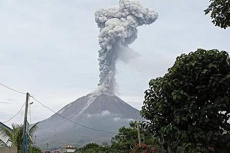 Der Vulkan auf dem Berg Sinabung ist erneut ausgebrochen. Foto: Sastrawan Ginting/AP/dpa