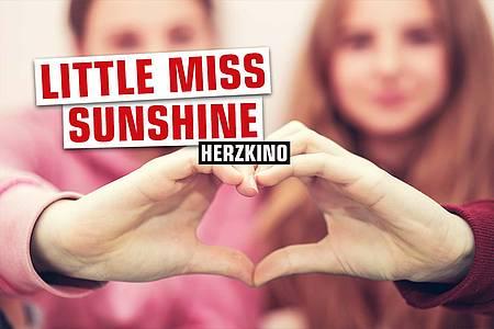 """Zwei Frauen formen ein Herz + Aufschrift """"Little Miss Sunshine"""""""