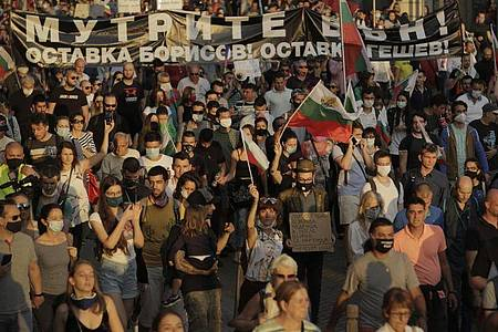Demonstranten protestieren am 15. Juli gegen die Regierung. Foto: Valentina Petrova/AP/dpa