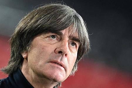 Bundestrainer Joachim Löw muss beim Länderspiel-Dreierpack gegen die Ukraine, Spanien und Tschechien improvisieren. Foto: Federico Gambarini/dpa
