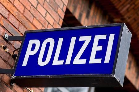 Ein 19-Jähriger, der im Gewahrsam der Polizei Delmenhorst zusammengebrochen war, ist im Krankenhaus gestorben. (Symbolbild). Foto: picture alliance / Hauke-Christian Dittrich/dpa