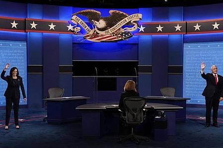 Kamala Harris (l), Vize-Präsidentschaftskandidatin der Demokraten, und Mike Pence, Vizepräsident der USA, kommen zur TV-Debatte. Foto: Patrick Semansky/AP/dpa