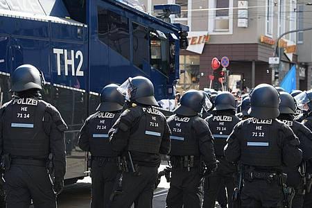 Laut Polizei waren mehrere tausend Menschen in der Innenstadt von Kassel unterwegs und missachteten bei dem nicht angemeldeten Demonstrationszug die Anweisungen der Behörden. Foto: Swen Pförtner/dpa