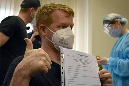 Enno Lenze aus Berlin hat sich inMoskau den russischen Corona-Impfstoff Sputnik V verabreichen lassen. Foto: Christian Thiele/dpa