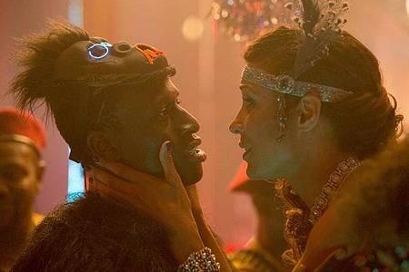 Annabelle Mandeng als Eva und Welket Bungue als Francis in Feierlaune. Foto: -/Entertainment One/dpa