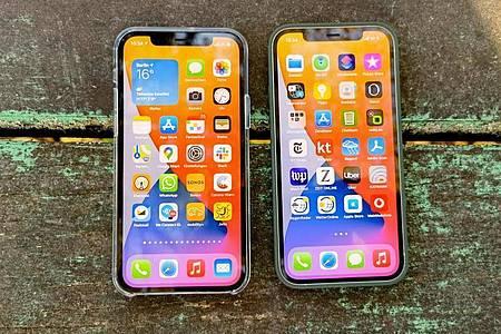 Das iPhone 12 (rechts) und iPhone 12 Pro (links) verfügen beide über ein OLED-Display mit natürlichen Farben. Foto: Christoph Dernbach/dpa-tmn