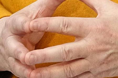 Wird heute an einer Videoschalte der EU teilnehmen:Kanzlerin Angela Merkel faltet die Hände. Foto: Michael Kappeler/dpa