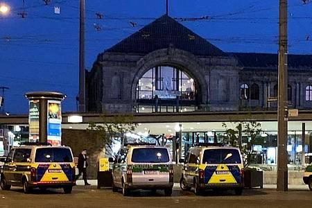 Zahlreiche Streifenwagen und Zivilfahrzeuge der Polizei stehen auf dem Platz vor dem Hauptbahnhof in Nürnberg. Foto: Michael Schmelzer/vifogra/dpa