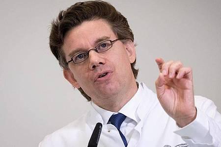 Tobias Huber, Direktor der Medizinischen Klinik und Poliklinik im UKE, stellt das Ergebnis seiner Studie vor. Demnach greift Covid-19 nicht nur die Lunge an. Auch andere Organe können betroffen sein. Foto: Christian Charisius/dpa/Pool/dpa