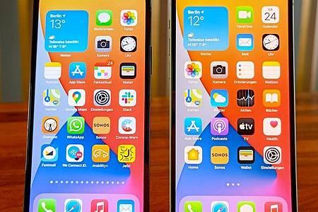 Das iPhone 12 (rechts) und iPhone 12 Pro (links) sehen von vorne quasi identisch aus. Beide Geräte unterstützen 5G-Mobilfunknetze, die aber nicht flächendeckend verfügbar sind. Foto: Christoph Dernbach/dpa-tmn