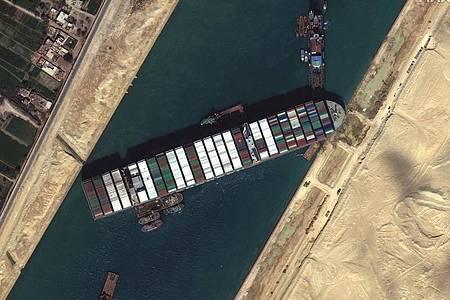 Ein Satellitenbild zeigt das festgesetzte Containerschiff «Ever Given» im Suezkanal, das die wichtige Schifffahrtsstraße zwischen Asien und Europa blockiert. Foto: Uncredited/©Maxar Technologies/AP/dpa