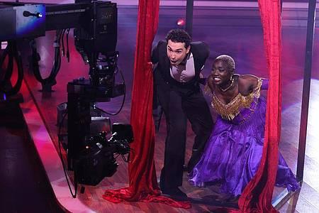 """Auma Obama und Profitänzer Andrzej Cibis stehen bei der RTL-Tanzshow """"Let`s Dance"""" vor der Kamera. Foto: Andreas Rentz/Getty Images Europe-Pool/dpa"""